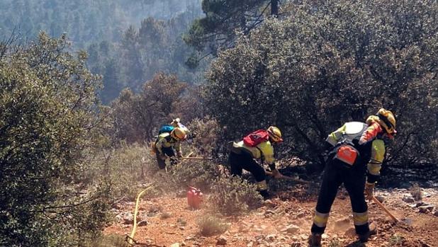 Operarios trabajan para extinguir el incendio