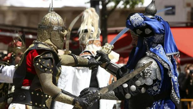 El Capitán Moro y el Capitán Cristiano entablan su lucha durante el Alardo en las fiestas alcoyanas