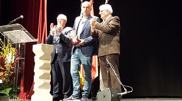 Escartí Soriano tras recibir el Premi Enric Valor de manos del diputado de Cultura, César Augusto Asencio