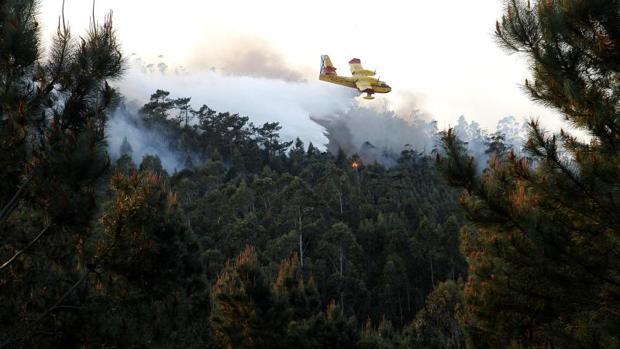 Un hidroavión tratando de sofocar las llamas en el incendio de Rianxo