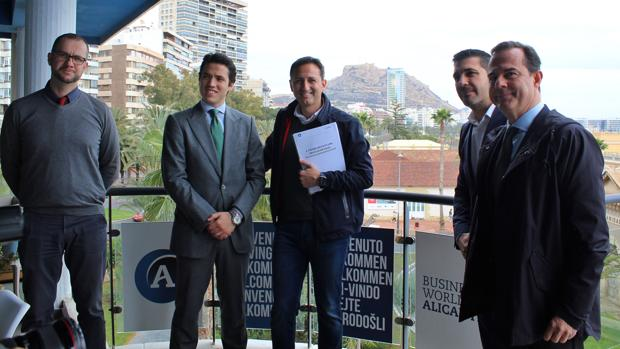 Sánchez (centro) y Castillo (derecha), en el Centro de Negocios de Alicante, este lunes