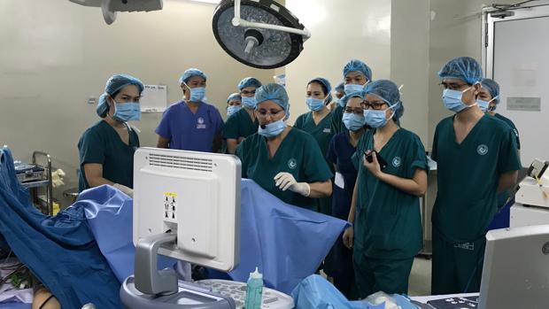 La doctora Cañete, en el centro, ofrece explicaciones a sus colegas vietnamitas en el quirófano
