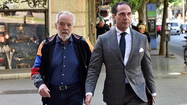 El empresario Tolo Cursach, acompañado por uno de sus abogados, en una imagen de archivo