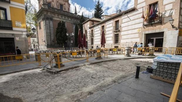 La plaza del Humilladero, en La Latina, ayer, donde las obras han dejado al descubierto el antiguo pavimento