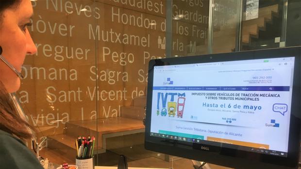 Una empleada de Suma consultando la web del organismo