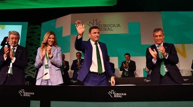 Directivos de Eurocaja Rural saludan a los delegados en la asamblea general