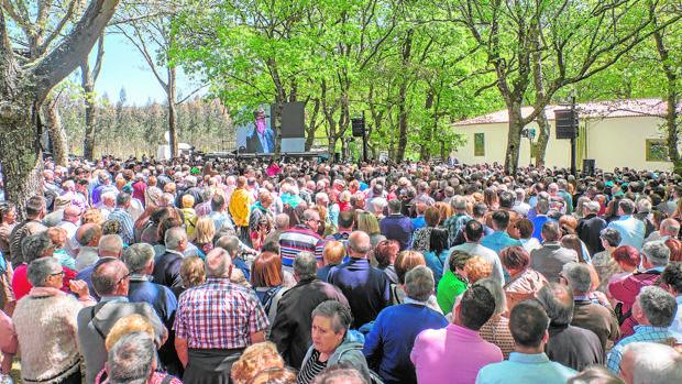 Vista del abarrotado campo de la fiesta para escuchar los discursos políticos