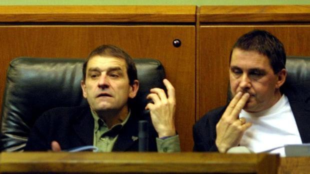 Josu Ternera, junto a Otegi, en el Parlamento Vasco en octubre de 2002
