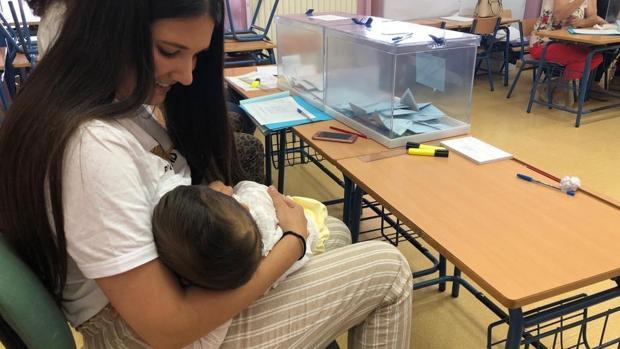 Isabel Avilés junto a su bebé