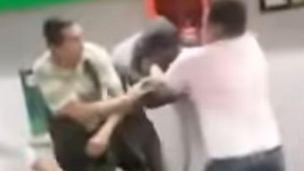 El pasajero robado se abalanzó sobre el ladrón para recuperar sus enseres