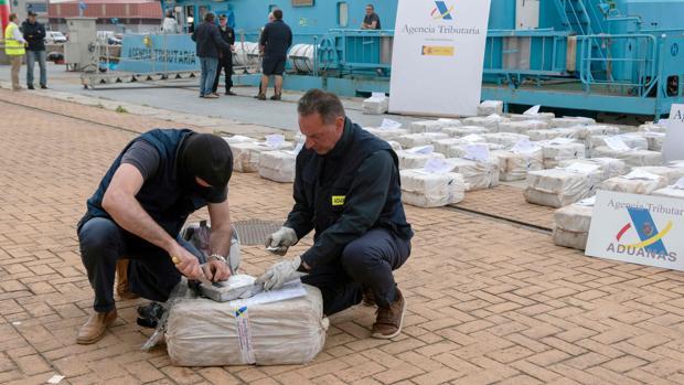 Dos agentes de Aduanas analizan la droga decomisada en el puerto de Vigo