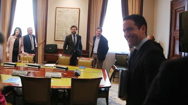 Reunión de PP y Vox en el Congreso, donde se decidió «cohabitar» en los gobiernos de los municipios donde sumen mayoría absoluta