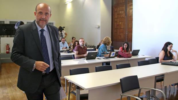 El vicepresidente primero, José Luis Martínez Guijarro, llega a la sala de prensa del Palacio de Fuensalida