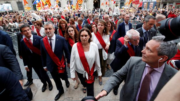 Colau, junto a Collboni, tras tomar posesión como alcaldesa de Barcelona