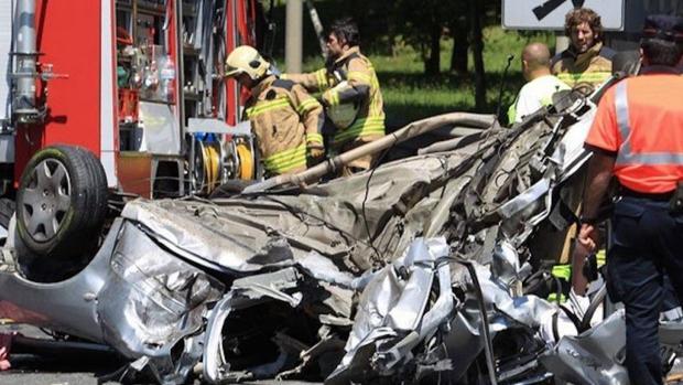 Imagen de un coche volcado en un accidente de tráfico.