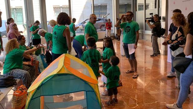 Algunos de los activistas, este jueves en el vestíbulo del Ayuntamiento