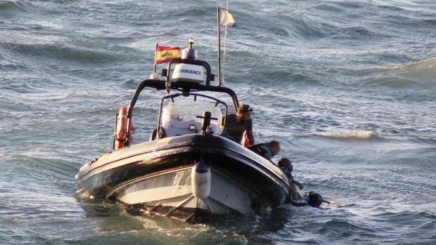 Rescate, en 2017, del cadáver de un inmigrante al que el piloto de una moto de agua lanzó al mar en Ceuta para no ser capturado