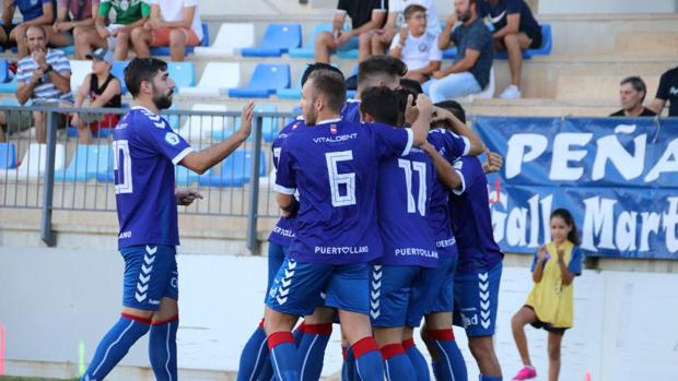 Los jugadores del Puertollano celebran un gol