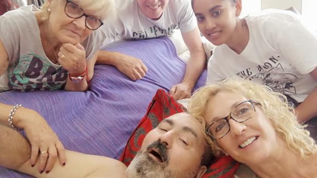 Jesús García con sus familiares en casa, este domingo en Alaquàs (Valencia)