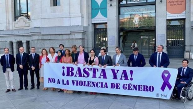 Los concejales de PP, Cs, PSOE y Ahora Madrid en el minuto de silencio celebrado en agosto por otra víctima de violencia machista