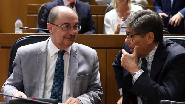 Lambán (PSOE), conversando con su vicepresidente Arturo Aliaga (PAR), este jueves en las Cortes de Aragón