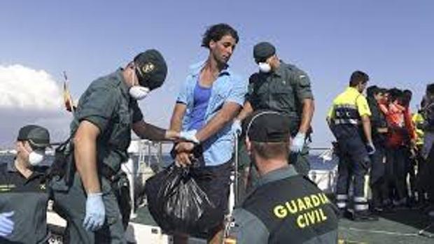 La Guardia Civil atiende a inmigramtes tras desembarcar en patera en la isla de Cabrera