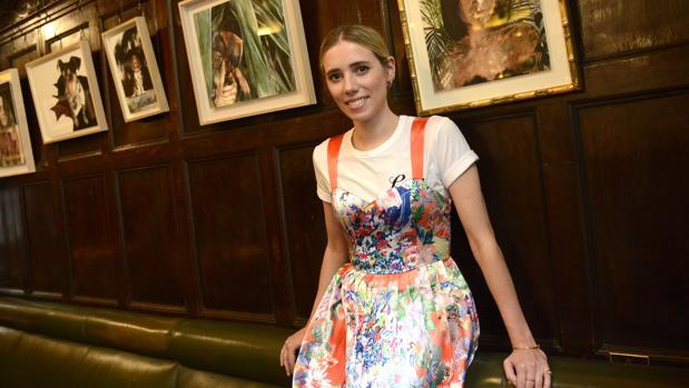Lulu Figueroa posa para ABC en el bar Cock junto a sus obras