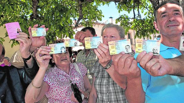 Vecinos de Huerta de Rey muestran sus codumentos de identidad