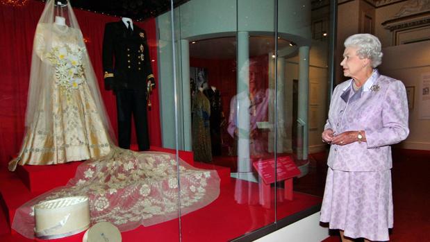 La Reina Isabel II observa su vestido de novia