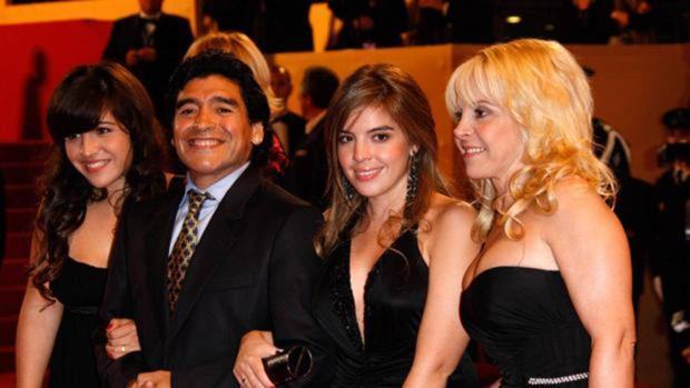 Diego Maradona junto a su exmujer Claudia Villafane y sus hijas Dalma Nerea y Giannina Dinorah