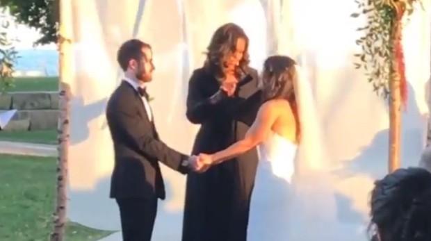 Michelle Obama oficiando la boda de Joel Sircus y Stephanie Rivkin
