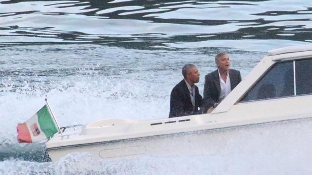 George Clooney Barack Obama navegan por el Lago Como a bordo de una lancha rápida.