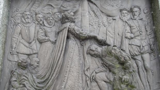 Relieve que muestra a la Reina Isabel Tudor nombrando caballero a Francis Drake