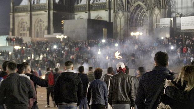 Multitud en los alrededores de la catedral y la estación de tren de Colonia, la pasada Nochevieja