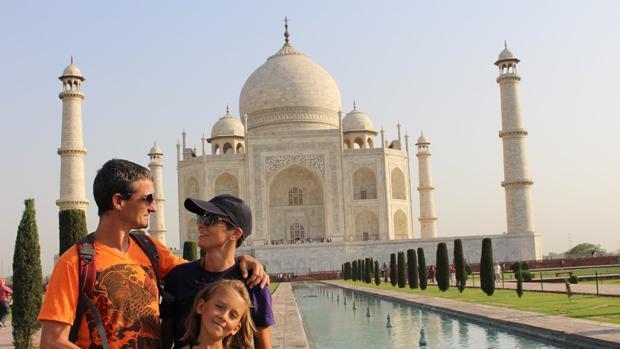 Una familia viista el Taj Mahal