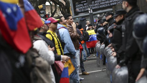 Manifestantes a favor del revocatorio frente al dispositivo de seguridad desplegado en Caracas