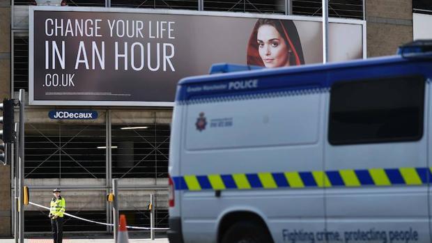 Un policía británico vigila la entrada de la estación de Victoria, junto al Mánchester Arena