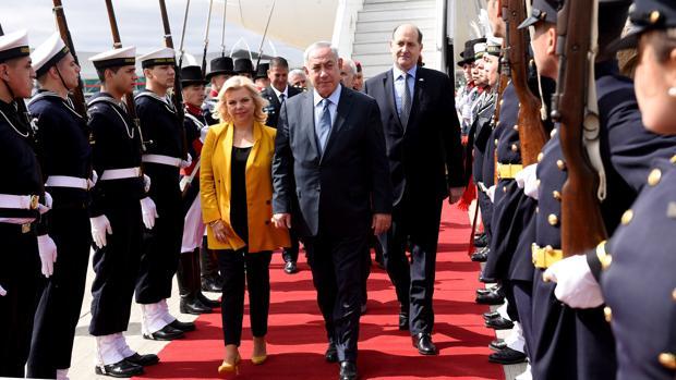 El primer ministro israelí, Benjamin Netanyahu, con su esposa Sara, a su llegada a Argentina