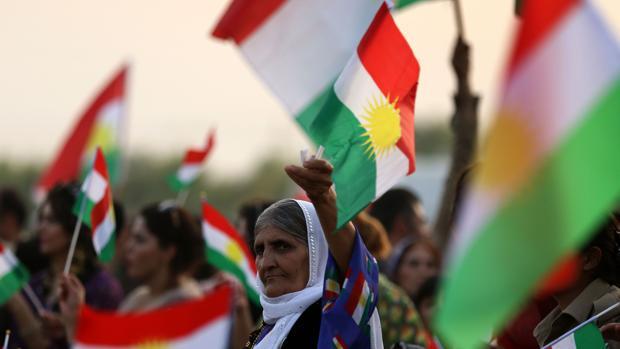 Una mujer kurda sostiene una bandera durante una manifestación a favor del referendum de independencia