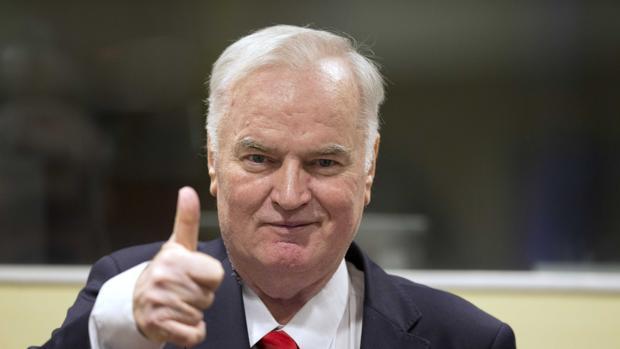 El general serbobosnio Ratko Mladic alza el dedo en el Tribunal Penal Internacional