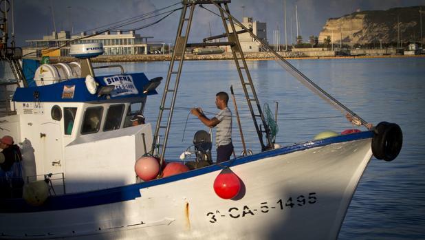 Un pesquero, a su salida del puerto de Barbate el día en que se estrenaba en 2014 el acuerdo con Marruecos