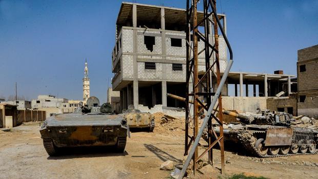 Tanques sirios en al-Muhamadyia, en Guta Oriental (Siria)