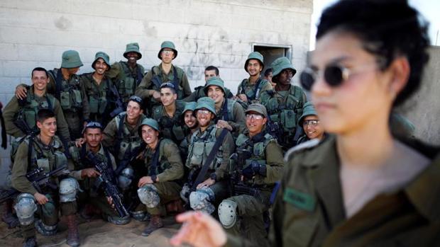 Soldados israelíes posan durante unas maniobras militares conjuntas con EE.UU. en Zeelim (sur de Israel)