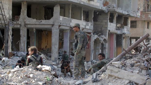 Fotografía de archivo de soldados descansando en el vecindario al-Hajar al-Aswad, en el sur de Damasco (Siria)