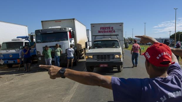 Camioneros permanecen parados en la carretera llegando a Brasilia