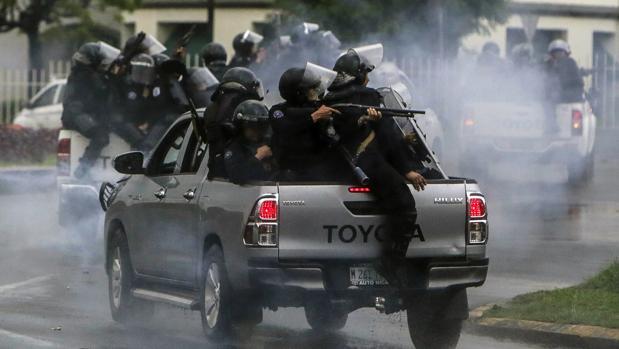 La policía antidisturbios reprime a los estudiantes que protestan en Managua