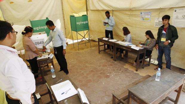 Personas votando en Camboya