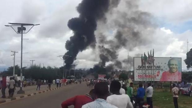 El humo producido por la explosión de un camión cisterna en Nasarawa, Nigeria