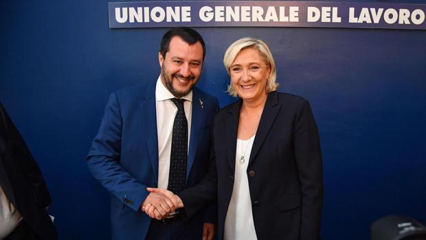 La ultraderechista francesa Marine Le Pen (d) se reúne con el ministro italiano del Interior, Matteo Salvini (i), en Roma (Italia)