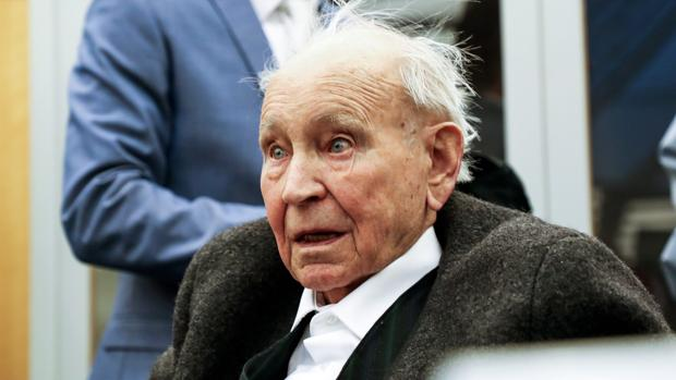 El antiguo guardia del campo de concentración nazi de Stutthof Johann R. a su llegada a su juicio en los juzgados de Münster